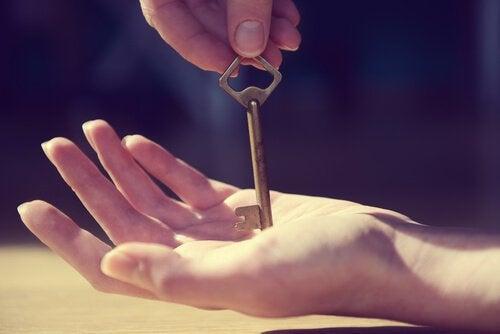 anahtar tutan el