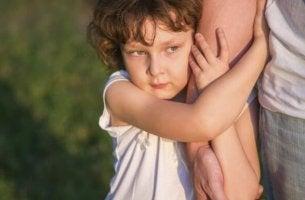 aşırı korumacı büyütülen çocuk