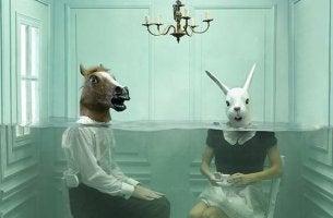 at ve tavşan kafalı insanlar suda oturuyor