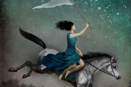 at üstünde giden mavi elbiseli kadın