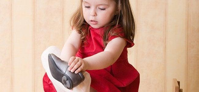 ayakkabı giyen kız