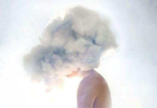 başı bulut şeklinde olan adam