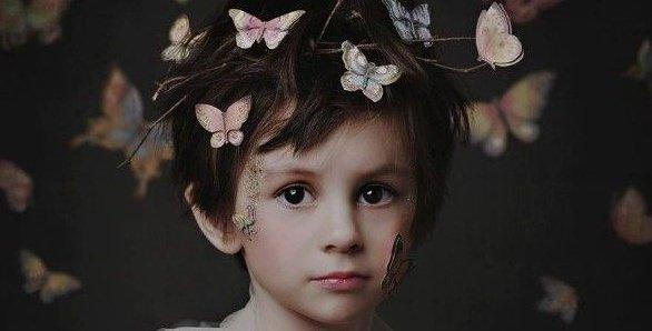 başında kelebekler olan erkek çocuğu