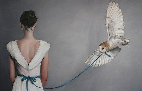beyaz baykuşa bağlı kadın
