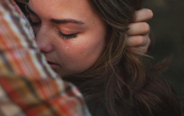 birinin sarıldığı ağlayan kız