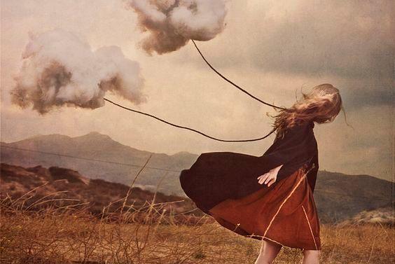 bulutları çeken kız
