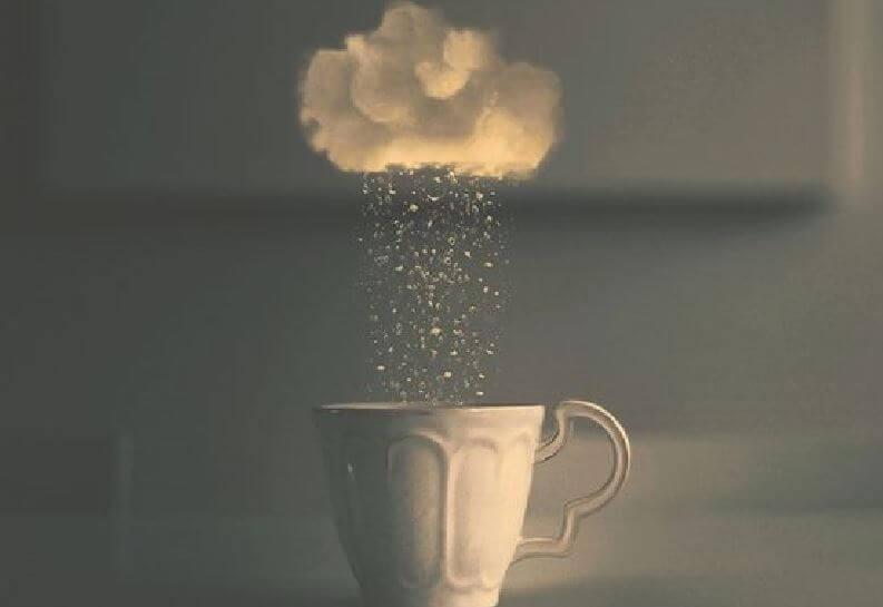 üstünde bulut olan bardak