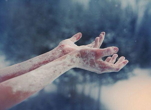 buz tutmuş eller