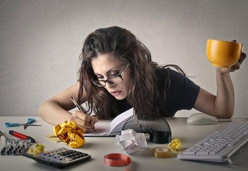 çalışan stresli gözlüklü kadın