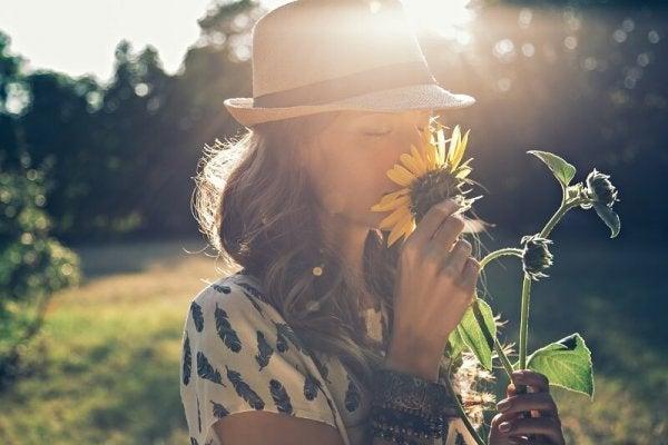 ayçiçeği koklayan kız