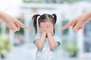 çocuğunu suçlayan ebeveyn parmakları