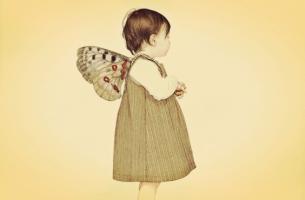 kelebek kanatlı çocuk