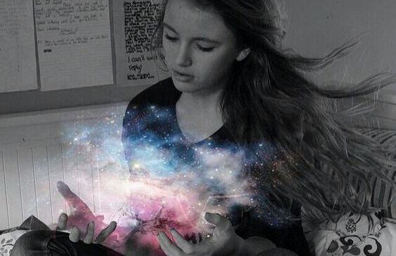 elinde evrenin ışığı olan kız