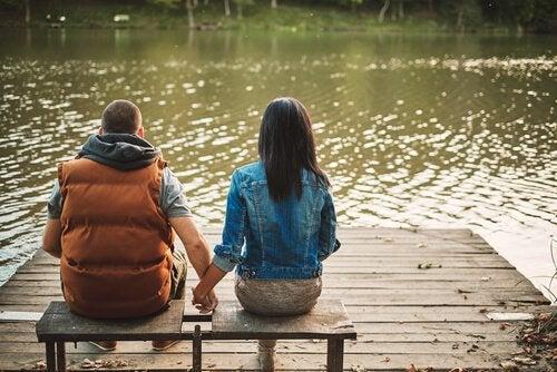 su kıyısında elele çift