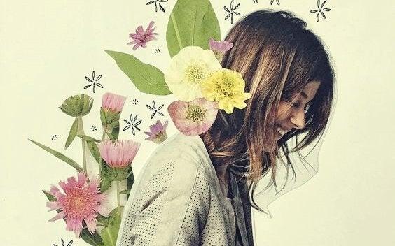 çiçekler içinde gülen kadın