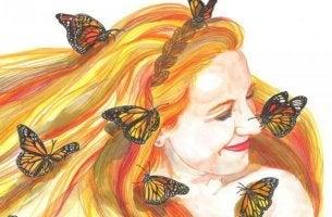 gülen kadın ve kelebekler