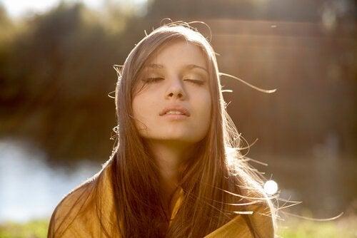 güneşte gözleri kapalı kadın
