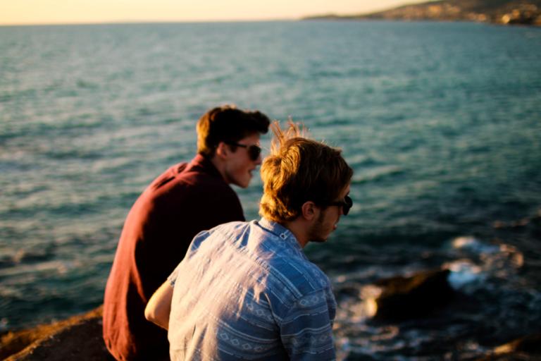 deniz kenarında oturmuş iki adam