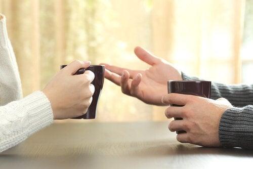 iki insan kahve içerken konuşuyor