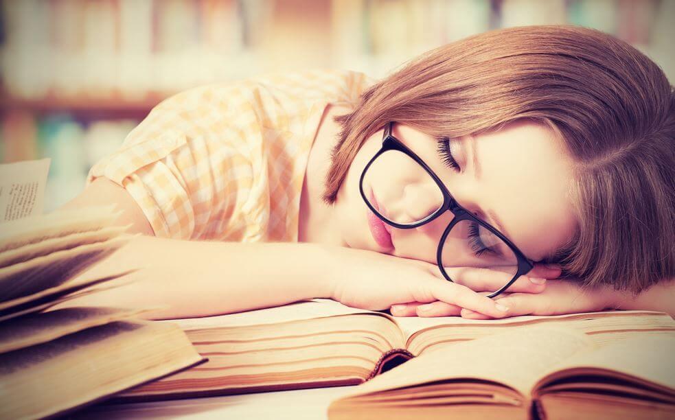 ders çalışırken uyuya kalan kadın