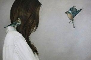 etrafında kuşlar olan kadın