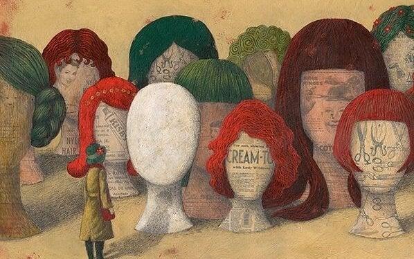 kadın manken kafalarına bakıyor