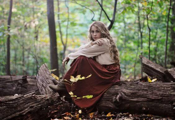 sarışın kadın ormanda bekliyor