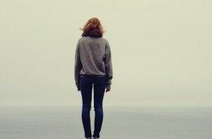 kadın tek başına uçurum kıyısında