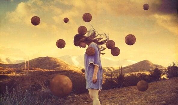 kadın toplarla tarlada