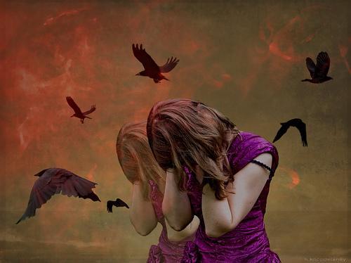 kadının çevresinde uçan kuşlar