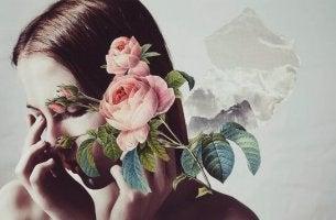yüzünü çiçeklerle kapatan kadın
