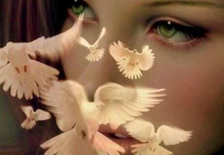 yeşil gözlü kadın ve beyaz kuşlar