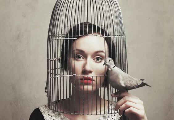 kafesteki kadın ve dışarda duran kuş