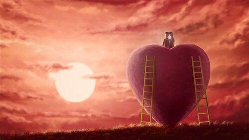 çift kalbin tepesinde gün batımı izliyor