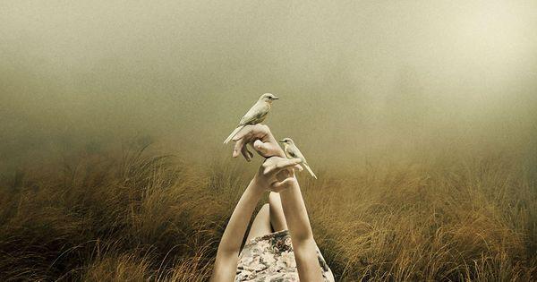 parmaklarında kuşlarla yatan kadın