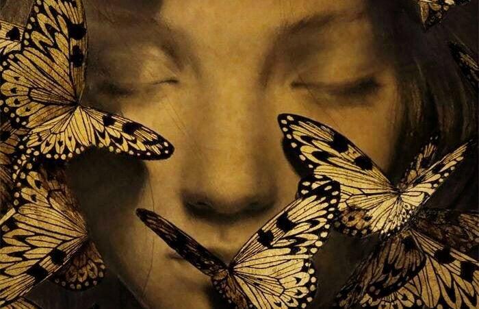kafasında kelebek olan kadın