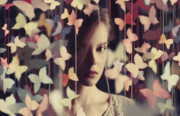 kelebek perdenin arasındaki kız