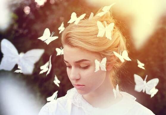 kadının etrafında uçan kelebekler