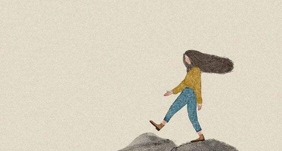 saçları savrularak yürüyen kadın