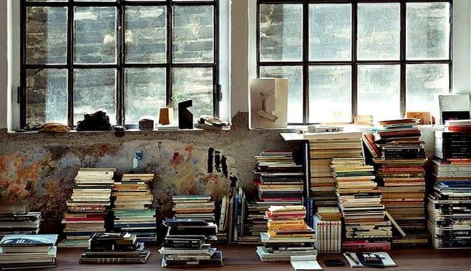kitaplar yığın halinde masada