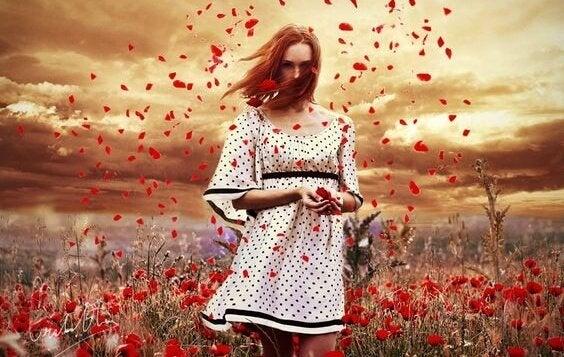rüzgarlı kırmızı çiçek tarlasında kadın