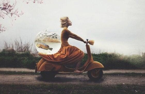 motorla balık taşıyan kadın