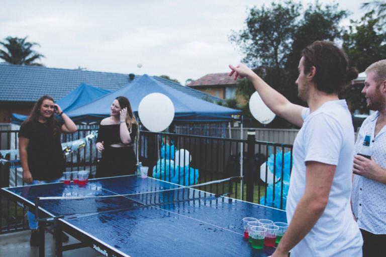 partide oyun oynayan insanlar