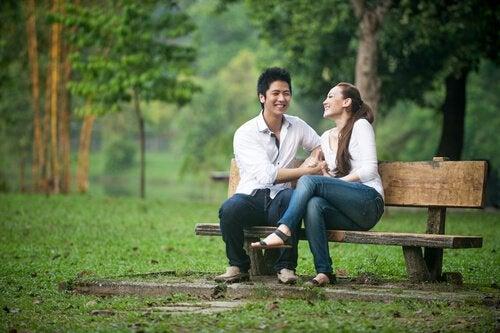 yeşillikte bankta oturan çift