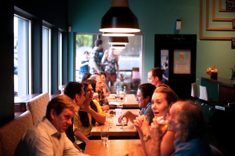restoranda yemek yiyen insanlar