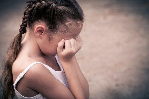 saçı örgülü ağlayan küçük kız