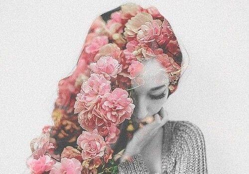 saçında pembe çiçekler olan kadın