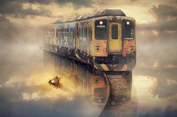 suyun altındaki raylarda giden tren