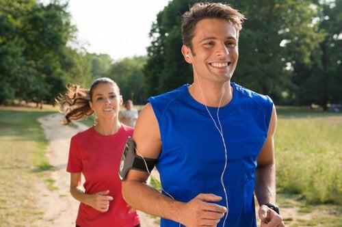 koşu yapan mutlu insanlar