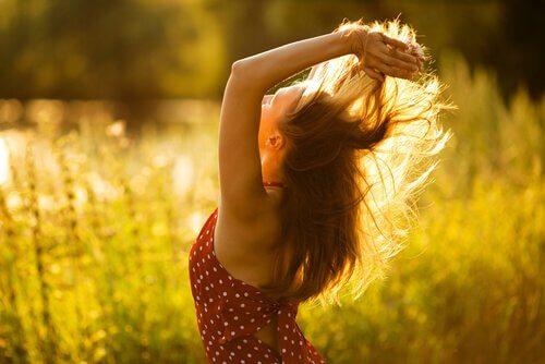 saçlarıyla oynayan kadın